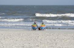 Het ontspannen op strand Stock Foto's