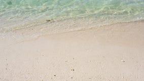 Het ontspannen op het Strand De zomervakanties, idyllische sc?ne Zuiver blauw water in het overzees met lichte eenvoudige textuur stock footage