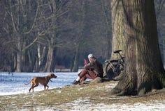 Het ontspannen in Park stock fotografie