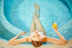 Het ontspannen in Pool Stock Foto's