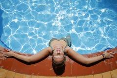 Het ontspannen Poolside Stock Foto's