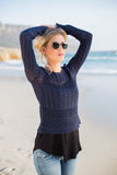 Het ontspannen schitterende toevallige blonde stellen Stock Foto's