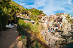 Het ontspannen terras in Manarola-dorp, Cinque Terre Stock Fotografie