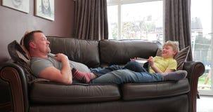 Het ontspannen thuis met papa stock videobeelden