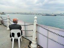 Het ontspannen in Uskudar-district Het bekijken het Overzees van Marmara Istanboel Turkije Royalty-vrije Stock Afbeeldingen