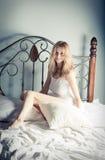 Het ontspannen van de dame in de slaapkamer Royalty-vrije Stock Foto