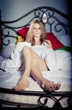 Het ontspannen van de dame in de slaapkamer royalty-vrije stock afbeeldingen
