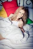Het ontspannen van de dame in de slaapkamer Stock Foto's
