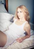 Het ontspannen van de dame in de slaapkamer Royalty-vrije Stock Foto's