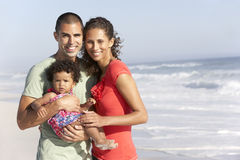 Het ontspannen van de familie op strand Stock Foto