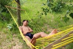 Het ontspannen van de jongen in hangmat Stock Afbeeldingen