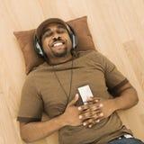 Het ontspannen van de mens aan muziek. Royalty-vrije Stock Foto