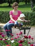 Het ontspannen van de moeder en van de dochter in de Gard royalty-vrije stock afbeelding