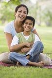 Het ontspannen van de moeder en van de zoon in park Royalty-vrije Stock Afbeeldingen