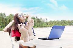 Het ontspannen van de onderneemster bij strand royalty-vrije stock fotografie