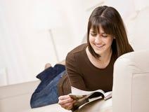Het ontspannen van de tiener op het tijdschrift van de banklezing Stock Fotografie
