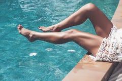 Het ontspannen van de vrouw bij de pool stock afbeelding