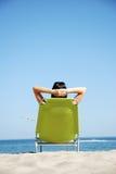 Het ontspannen van de vrouw bij het strand Stock Afbeelding