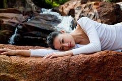 Het ontspannen van de vrouw bij openlucht Stock Afbeeldingen