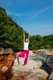 Het ontspannen van de vrouw bij openlucht Stock Foto