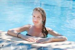Het ontspannen van de vrouw bij de pool De minerale Lentes Vietnam, Nha Trang Stock Foto
