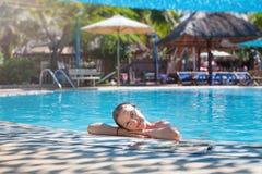 Het ontspannen van de vrouw bij de pool De minerale Lentes Vietnam, Nha Trang Royalty-vrije Stock Foto's