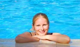 Het ontspannen van de vrouw in blauwe openlucht het zwemmen waterpool royalty-vrije stock foto's
