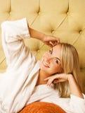 Het ontspannen van de vrouw in de ochtend Stock Foto
