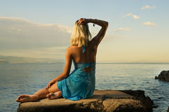 Het ontspannen van de vrouw dichtbij het overzees Stock Foto's