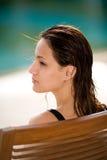 Het ontspannen van de vrouw door de pool stock foto