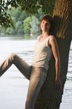 Het ontspannen van de vrouw door meer Royalty-vrije Stock Afbeelding