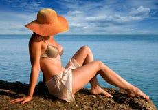 Het ontspannen van de vrouw door oceaan stock afbeeldingen