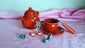 Het ontspannen van de vrouw drinkt thee Royalty-vrije Stock Foto's