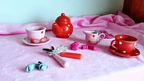 Het ontspannen van de vrouw drinkt thee Stock Afbeelding