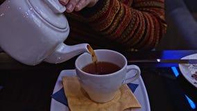 Het ontspannen van de vrouw drinkt thee stock footage