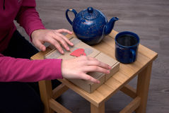 Het ontspannen van de vrouw drinkt thee Royalty-vrije Stock Fotografie