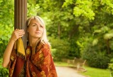 Het ontspannen van de vrouw in een park Royalty-vrije Stock Foto