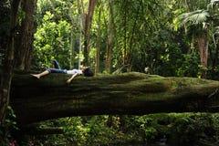 Het ontspannen van de vrouw in een tropisch bos Royalty-vrije Stock Foto's