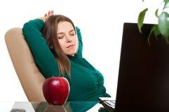 Het ontspannen van de vrouw in het bureau Stock Afbeelding