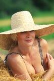 Het ontspannen van de vrouw in hooistapel Stock Foto's