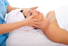 Het ontspannen van de vrouw met gezichtsmassage bij kuuroord Stock Fotografie