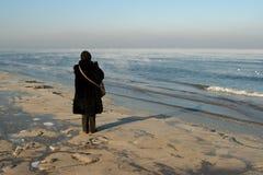 Het ontspannen van de vrouw op strand Stock Afbeeldingen