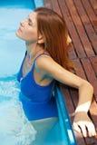 Het ontspannen van de vrouw in pool stock foto