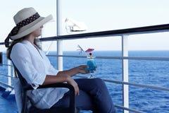 Het ontspannen van de vrouw tijdens een cruise Royalty-vrije Stock Afbeeldingen