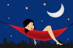 Het ontspannen van het meisje in een hangmat op stadsachtergrond Royalty-vrije Stock Foto's