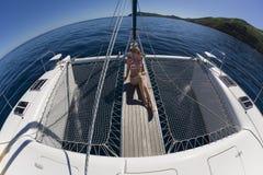 Het ontspannen van het meisje op een catamaran - Stille Zuidzee Royalty-vrije Stock Afbeelding
