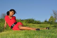 Het ontspannen van het meisje op een gebied Royalty-vrije Stock Foto
