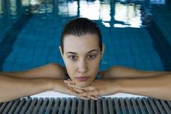 Het ontspannen van het meisje in zwembad royalty-vrije stock afbeelding