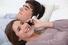 Het ontspannen van het paar in bed Royalty-vrije Stock Fotografie