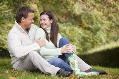 Het ontspannen van het paar in de herfsthout royalty-vrije stock afbeelding
